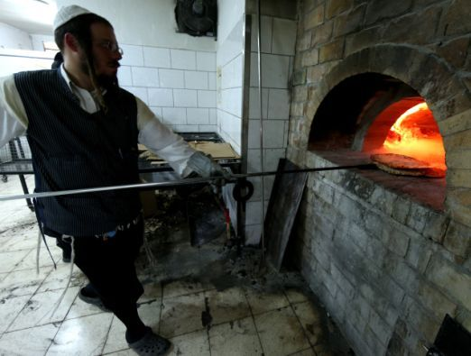 Baking hand-made shmura matza in Jerusalem - 1